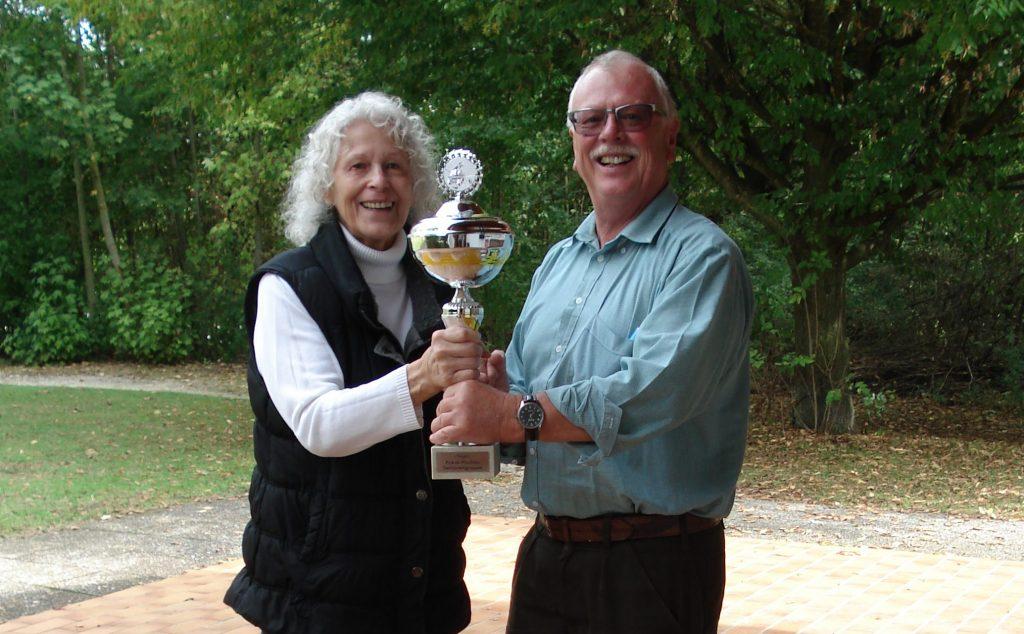 Teamassistentin Brigitte übergibt neuen Pokal an Pokalsieger Foh